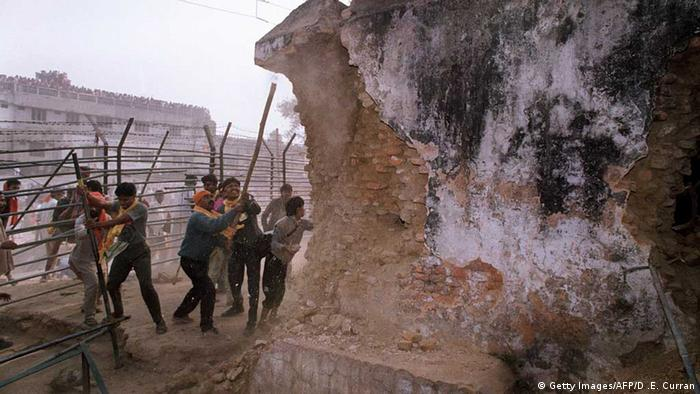 Hinduische Fundamentalisten attackierten die Moscheemauer am 06.12.1992. (Foto: AFP/Getty Images)