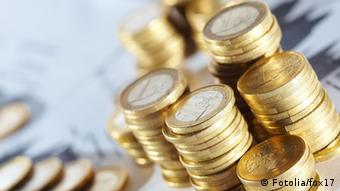 Euro-Münzen liegen auf einem Tisch. (Foto: fox17 #42402859)