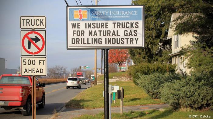 Ortseingang von DuBois, Pennsylvania, in den USA, und ein Schild, auf dem für Versicherungen für Fracking geworben wird. Copyright: Janosch Delcker / DW