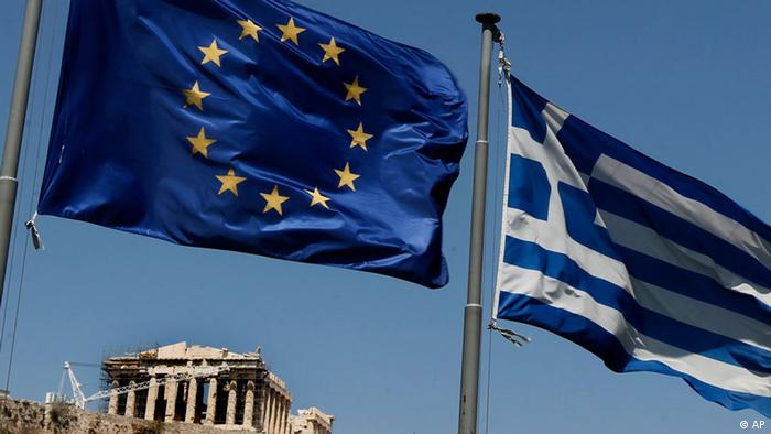 A European Union left and the Greek flag wave above the ancient Parthenon temple, at the Acropolis Hill, in Athens on Monday, July 11, 2011.Greece's Socialist government on Monday named a five-member committee to head a euro50 billion ($71.2 billion) privatization program aimed at easing the country's euro340 billion ($484.2 billion) national debt. (Foto:Petros Giannakouris/AP/dapd)