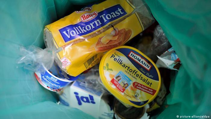 Eine noch fast volle Packung Toasbrot und ein Schale Kartoffelsalat sind in einem Mülleimer