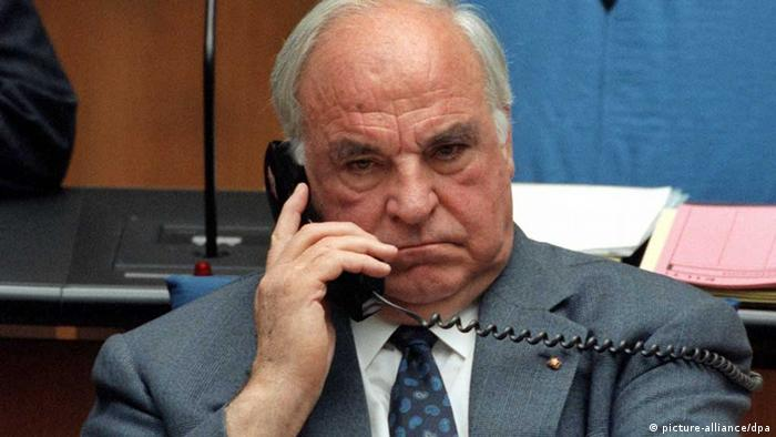 Bundeskanzler Helmut Kohl telefoniert am 6.5.1998 im Bonner Bundestag während der Debatte über den Brüsseler Euro-Gipfel.