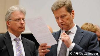 Westerwelle liest Unterlagen (Foto: AFP/Getty Images)