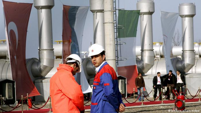 Turkish technicians standing in front of three national flags at the Botas pumping station before the inauguration ceremony for the natural gas pipe-line 'Blue Stream' from Russia to Turkey through the Black Sea, in the village of Durusu near Samsun, northern Turkey, Thursday 17 November 2005. EPA/KERIM OKTEN +++(c) dpa - Report+++