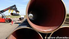 ARCHIV - ) Die ersten 80 Stahlrohre für die rund 1200 Kilometer lange Ostsee-Gaspipeline liegen am Fährhafen Sassnitz bei Mukran auf der Insel Rügen (Archivfoto vom 07.05.2008). Bundeskanzlerin Angela Merkel startet heute (Montag 25.08.2008) zu einem Besuch Schwedens. Ein wichtiges Gesprächsthema in Stockholm soll die geplante russisch-deutsche Gasleitung durch die Ostsee sein. Foto: Stefan Sauer dpa +++(c) dpa - Bildfunk+++