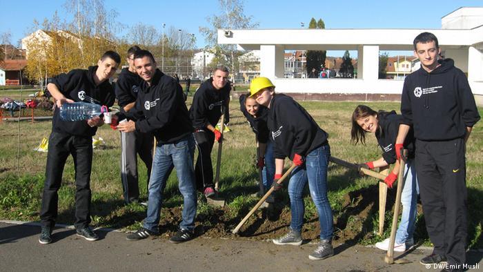 Učenici uređuju školsko dvorište