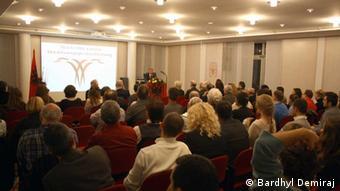 preisverleihung an Prof. Peter Bartl in albanien Prof. Peter Bartl in einem Vortrag in der UNi München Dezember 2012