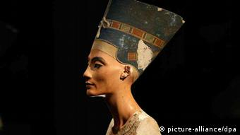 The Nefertiti bust is pictured during a press preview of the exhibition 'In The Light Of Amarna' at the Neues Museum (New Museum) in Berlin, Germany, Wednesday, Dec. 5, 2012 due to the 100th Anniversay of the discovery of the bust of the Nefertiti. Foto: Michael Sohn/dpa