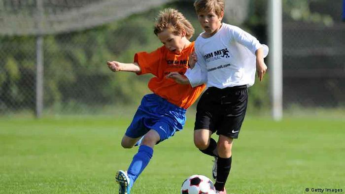 Zwei junge Fußballspieler kämpfen um den Ball
