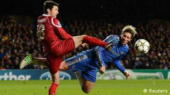 Chelsea's Fernando Torres (R) challenges FC Nordsjaelland's Michael Parkhurst during their Champions League Group E soccer match at Stamford Bridge in London December 5, 2012. REUTERS/Dylan Martinez (BRITAIN - Tags: SPORT SOCCER)