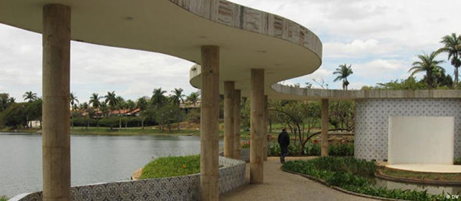 Imagem das colunas da Casa do Baile, na Lagoa da Pampulha, em Belo Horizonte