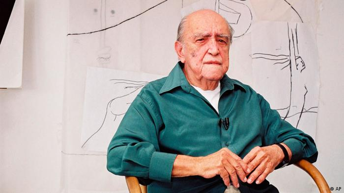 FILE - In this 2002 file photo, Brazilian architect Oscar Niemeyer sits during an interview in his office in Rio de Janeiro, Brazil. According to a hospital spokeswoman on Wednesday, Dec. 5, 2012, famed Brazilian architect Oscar Niemeyer has died at age 104. (Foto:Andre Luiz Mello, File/AP/dapd)