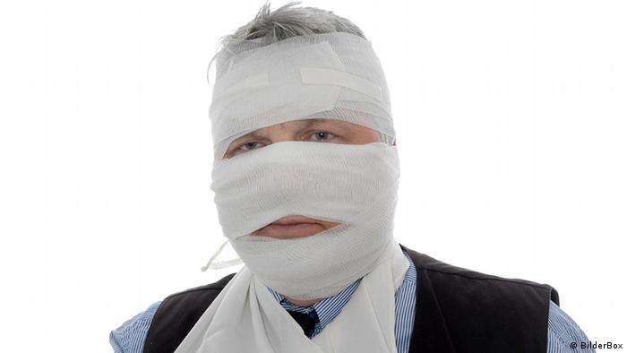 Symbolbild verletzter Mann mit Bandage