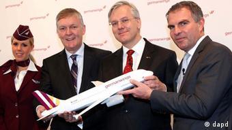 Топ-менеджеры Lufthansa и Germanwings с моделью самолета