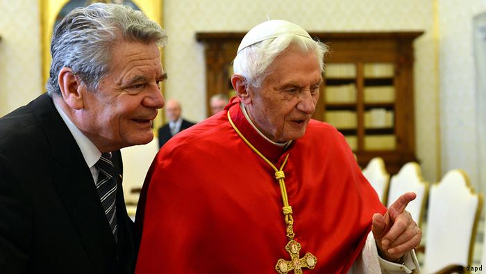 Pope Benedict XVI, right, and German President Joachim Gauck, share a word on the occasion of their private audience in the pontiff's library at the Vatican, Thursday, Dec. 6, 2012. (Foto:Gabriel Bouys, pool/AP/dapd)