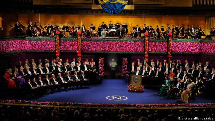 Los premios Nobel, en Estocolmo, firmemente en manos masculinas.