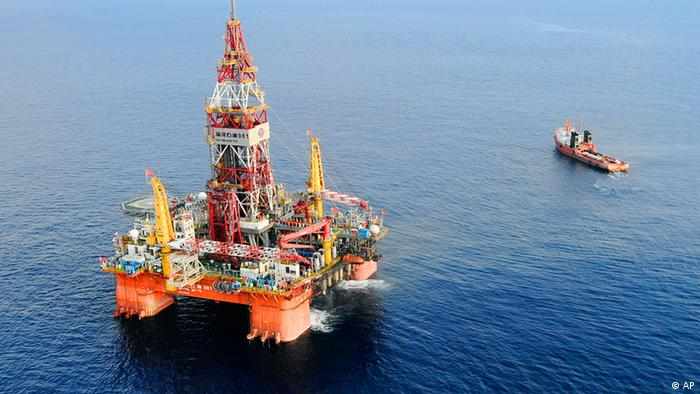FILE - In this May 7, 2012 file photo released by China's Xinhua News Agency, CNOOC 981, the first deep-water drilling rig developed in China, is pictured at 320 kilometers (200 miles) southeast of Hong Kong in the South China Sea. The China National Offshore Oil Corp's sixth-generation semi-submersible rig operates at a water depth of 1,500 meters (yards), Xinhua said. The drill is ready to start production in the South China Sea Wednesday, May 9, 2012 amid an ongoing standoff with the Philippines in another section of the contested waters. (Foto:Xinhua, Jin Liangkuai, File/AP/dapd) NO SALES