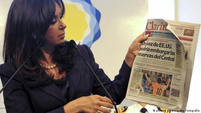 """""""Para muchos argentinos, el diario 'Clarín' es un defensor de la democracia; pero los kirchneristas no opinan lo mismo"""", comenta Salas."""
