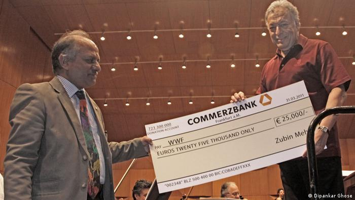 Zubin Mehta (left) presenting a substantial check to WWF India