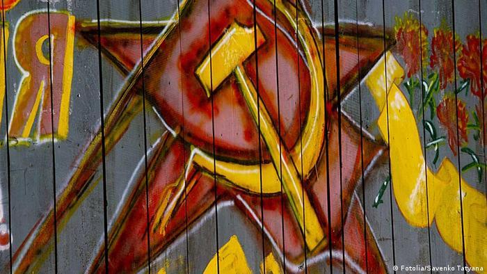 Un grafitti cu secera și ciocanul
