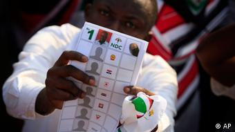 A ruling party supporter holds up a mock ballot marked for President John Dramani Mahama. a2008.(Foto:Gabriela Barnuevo/AP/dapd)