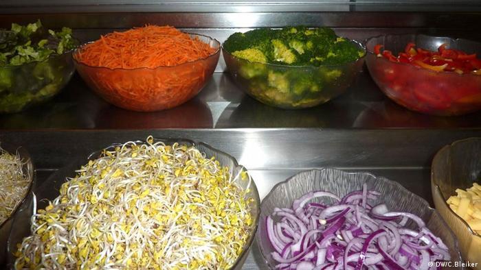 Auf dem Bild: Im vegetarischen Restaurant Cassius Garten in Bonn können Gäste zwischen 60 verschiedenen Salaten wählen Foto: Carla Bleiker im Restaurant Cassius Garten in Bonn aufgenommen, am Dienstag, 4.12.