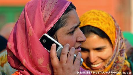 Indien Frau telefoniert mit Handy
