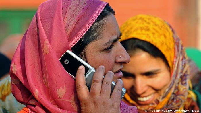 Indien Frau telefoniert mit Handy (TAUSEEF MUSTAFA/AFP/Getty Images)