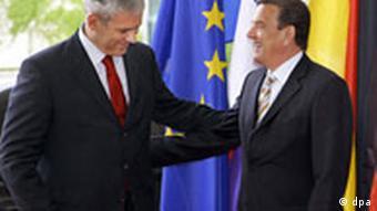 Bundeskanzler Gerhard Schröder begrüßt am Dienstag (31.05.2005) in Berlin den serbischen Präsidenten Boris Tadic