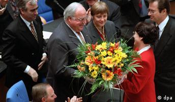 Bundeskanzler Helmut Kohl nimmt nach seiner Wiederwahl als Bundeskanzler am 15. November 1994 Glückwünsche entgegen