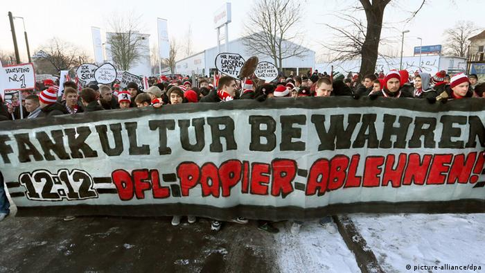 Fans take to the streets in protest, holding sign. (Photo: Stephanie Pilick/dpa +++(c) dpa - Bildfunk)