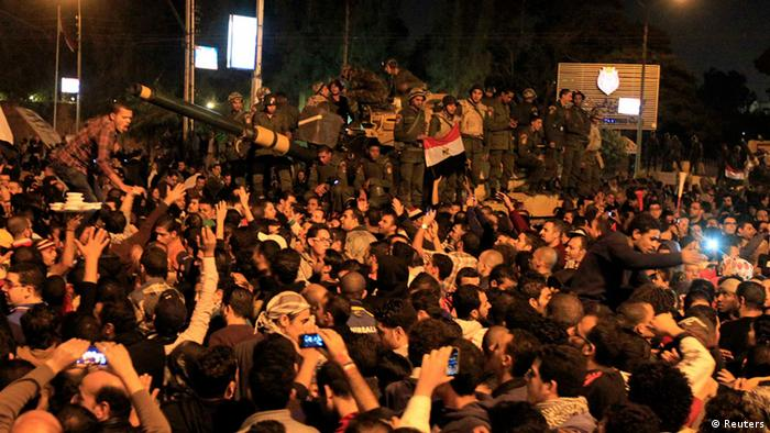 Protesters against Egypt's President Mohamed Mursi surround an army tank after breaking past barbed wire barricades guarding the presidential palace in Cairo December 7, 2012 (photo: REUTERS/Mohamed Abd El Ghany).