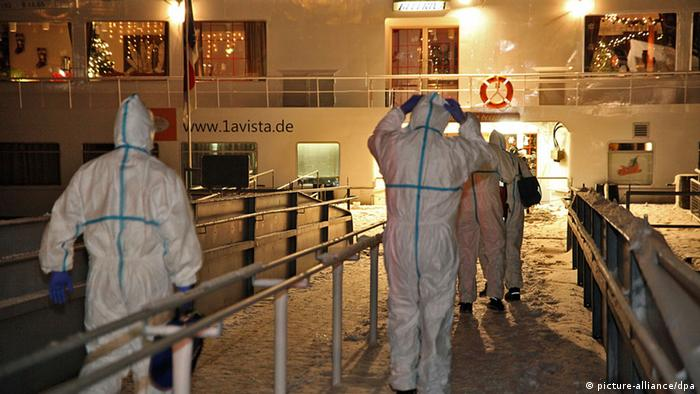 Medical personell entering a cruise ship at Wiesbaden in 2012 (picture-alliance/dpa)