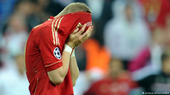 Munich's Bastian Schweinsteiger reacts during the penalty shoot-out during the UEFA Champions League soccer final between FC Bayern Munich and FC Chelsea at Fußball Arena München in Munich, Germany, 19 May 2012. (Photo: Tobias Hase dpa)