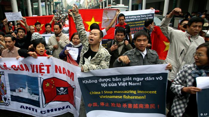 Hundreds of Vietnamese protesters march during a demonstration demanding China to stay out of their waters following China's increased activities around the Spratly and Paracel Islands and other disputed areas, in Hanoi, Vietnam on Sunday, Dec. 9, 2012. Vietnamese police broke up anti-China protests in two cities on Sunday and made about 20 arrests in the first such demonstrations since tensions between the communist neighbors flared anew over rival claims to the oil and gas-rich South China Sea. (Foto:Na Son Nguyen/AP/dapd)