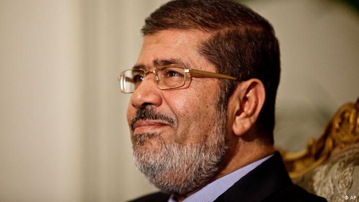 Egyptian President Mohammed Morsi is seen during a photo opportunity in his office at the presidential palace in Cairo, Egypt, Saturday, Dec. 8, 2012. (Foto:Maya Alleruzzo/AP/dapd)
