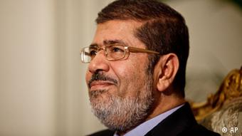 Egyptian President Mohammed Morsi is seen during a photo opportunity in his office at the presidential palace in Cairo, Egypt, Saturday, Dec. 8, 2012. Egypt's military said Saturday that serious dialogue is the best and only way to overcome the nation's deepening conflict over a disputed draft constitution hurriedly adopted by Islamist allies of President Mohammed Morsi, and recent decrees granting himself near-absolute powers.(Foto:Maya Alleruzzo/AP/dapd)