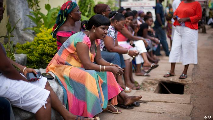 Voters sit and wait three hours after biometric identification machines had broken down, halting voting at a polling station, in Accra, Ghana.(Foto:Gabriela Barnuevo/AP/dapd)