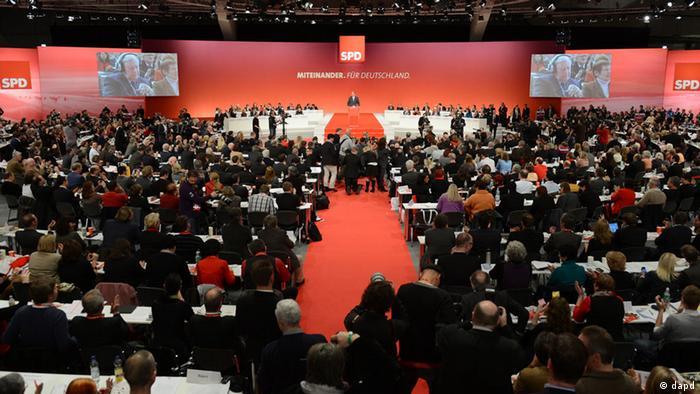 Niedersachsen/ Der designierte SPD-Kanzlerkandidat Peer Steinbrueck spricht am Sonntag (09.12.12) in Hannover beim ausserordentlichen SPD-Bundesparteitag. Die SPD will auf dem Sonderparteitag ihren Kanzlerkandidaten fuer die Bundestagswahl im Herbst 2013 waehlen. (zu dapd-Text)