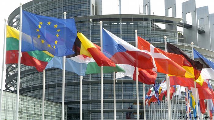 Flaggen vor dem Europäischen Parlament Handelsausschuss Symbolbild (Picture-alliance/dpa)