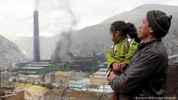 Bergbau La Oroya, Peru Doe Run Vater Kind