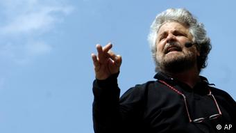 FILE - In this April 25, 2008 file photo Italian comedian-turned-moralizer Beppe Grillo, speaks to supporters at a rally in Piazza San Carlo square in Turin, northern Italy. An anti-euro candidate has triumphed in mayoral runoffs in Italy's affluent north. Results Monday of second-round balloting also saw winning big a candidate whose party is one of the few forces in Parliament opposing Premier Mario Monti's austerity measures. Federico Pizzarotti, the candidate of comic Beppe Grillo's anti-euro populist Five-Star Movement, captured the mayor's post in Parma. (Foto:Massimo Pinca, FILE/AP/dapd)