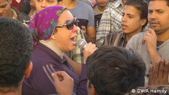Na foto, mulher egípcia lidera marcha até ao palácio presidencial, no Cairo