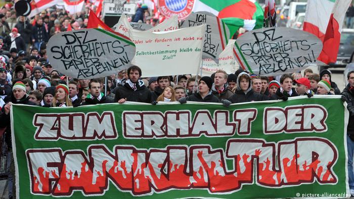 Anhänger des FC Augsburg und des FC Bayern München ziehen durch die Innenstadt von Augsburg. Die Fans demonstrierten gegen schärfere Sicherheitsvorkehrungen in den Stadien. (Foto: Stefan Puchner/dpa)
