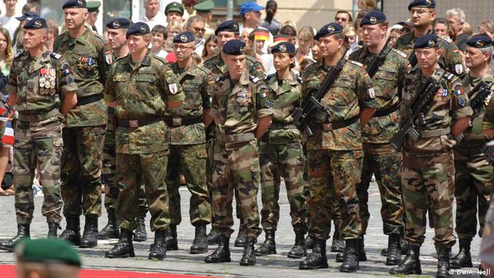 Soldaten der Deutsch-Französischen Brigade sind angetreten als Ehrenformation bei den deutsch-französischen Konultationen in Straubing im Juni 2008 (Foto: Foto: Andreas Noll)