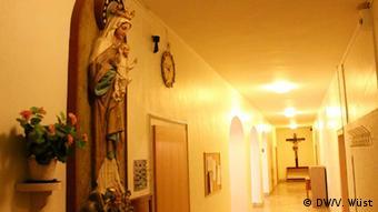 Богоматерь с младенцем и распятие в коридоре
