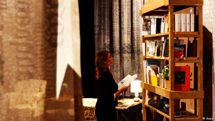 Eine Frau steht vor einem Bücherregal (Foto: dapd)
