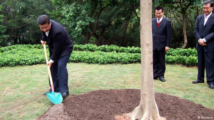 In this handout photo released by TaKungPao.com on December 10, 2012, China's Vice President Xi Jinping (L) plants a tree on Lianhua hill in Shenzhen, Guangdong province, December 8, 2012. REUTERS/TaKungPao.com/Handout (CHINA - Tags: POLITICS) CHINA OUT. NO COMMERCIAL OR EDITORIAL SALES IN CHINA. FOR EDITORIAL USE ONLY. NOT FOR SALE FOR MARKETING OR ADVERTISING CAMPAIGNS. THIS IMAGE HAS BEEN SUPPLIED BY A THIRD PARTY. IT IS DISTRIBUTED, EXACTLY AS RECEIVED BY REUTERS, AS A SERVICE TO CLIENTS