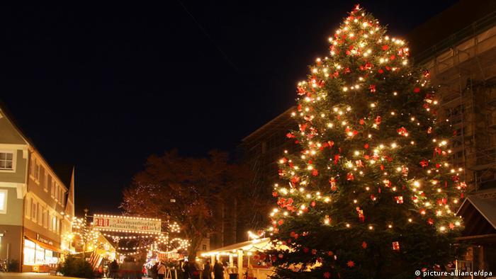Abendlicher Adventsmarkt in Winterstimmung in Nördlingen.