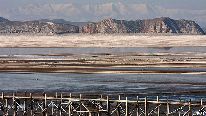 Urmiasee mit Begkulisse (Foto: FARS)